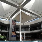 マリーナの近くにあるお洒落なショッピングセンター