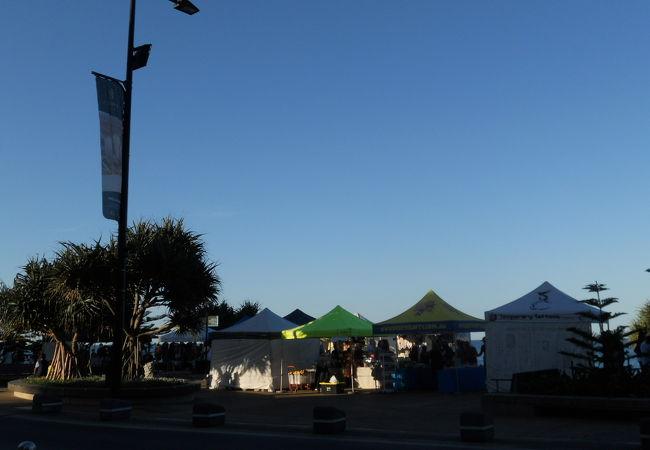 ビーチ沿いに露店が並んでいます