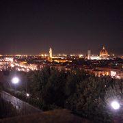 フィレンツェの街を一望できるスポットが、アルノ川対岸にある「ミケランジェロ広場」です。