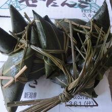 三角形のコシヒカリの笹巻きちまき