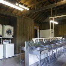 キャンプ場の炊事施設