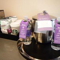 水は有料。スタバの空のカップに奥のマシンでドリップできる。
