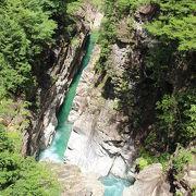 エメラルドグリーンの川の色
