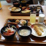 朝食ビュッフェで海鮮丼を