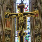 美しい教会内に偉人達のお墓が多数あります。