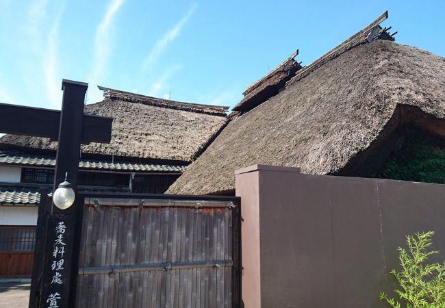 萱葺き屋根が見事なお蕎麦屋さん