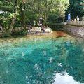 コバルトブルーの池