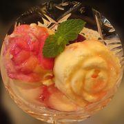 バラの花弁をあしらったアイスクリーム ♪