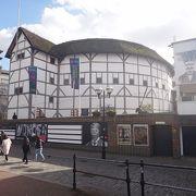 可愛い外観の建物は、シェイクスピア・グローブ座