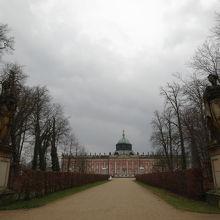 公園内の新宮殿の周辺。
