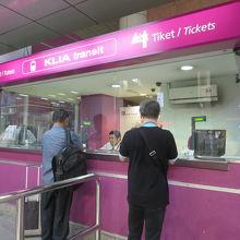 切符売り場もピンクです