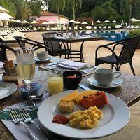 プールサイドで朝食