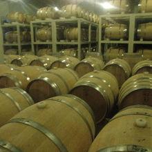 ワインの芳香も漂う仕込み樽が並ぶ光景