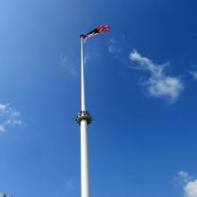 この場所では、国旗に一層の気高さを感じます