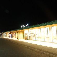 夜のサービスエリア内は閑散としています。