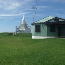 かもめ島灯台の傍に広々とした芝生空間が広がっています
