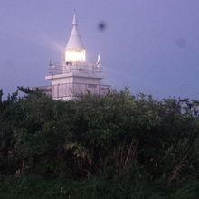 点灯中のかもめ島灯台の様子