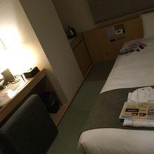 ベッドとライティングデスク