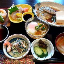 日替わり定食(ヒイラギの煮付けが食べにくい)