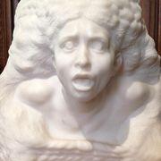 ロダンの多くの彫像を素敵な館内で見学