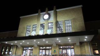 昭和レトロなイメージの小樽にピッタリの駅舎