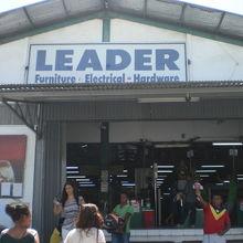 リーダーの出入口の様子です。キャッシャーの列が並んでいます。