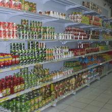食料品売り場の様子です。商品の品ぞろえは、とても多いです。
