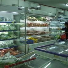 リーダーの空調室内の野菜・果物・肉類等の生鮮食品売り場です。