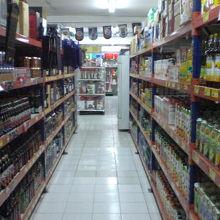 清涼飲料水や酒類も豊富に取り揃えられています。輸入品が多い。