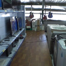 洗濯機等の大型の家庭用電気製品が所狭しと置かれています。