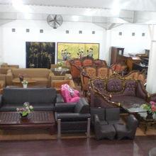 地下階の売り場には、応接セット等の家具も販売されています。