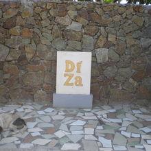 レストライ入り口に置かれているディザの標識です。奥が海岸です