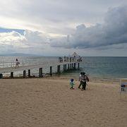 桟橋とリゾートビーチ