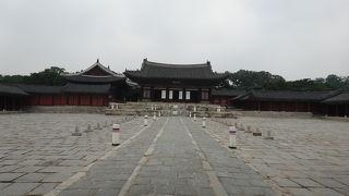 観光客が少なく、静かに見学できる宮殿です。