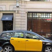 バルセロナのタクシーはとてもフレンドリーで運転上手、カード使えます。