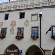 街の中心スヴォルノスティ広場にあります