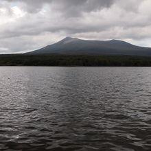 大沼より遊覧船で駒ケ岳を望みます。