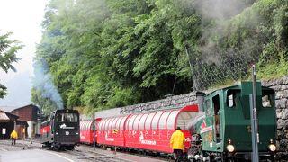 かわいい蒸気機関車が客車を押しながら1時間かけて傾斜を登って行きます。