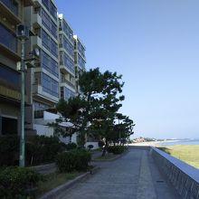 海岸沿いの散歩道、左に彩朝楽、右に日本海