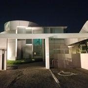現代アートっぽい建物