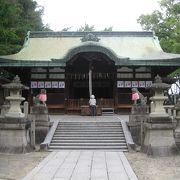 川端通り高橋交差点の隣に鎮座する神社