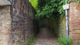 石畳のきつい坂道。哲学者の道へのアクセスは大変