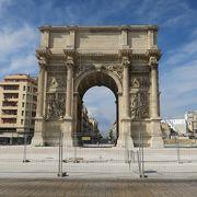パリの凱旋門に比べると小さめ