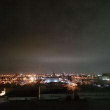 川崎の工業団地とその先に見える東京、横浜の夜景です。