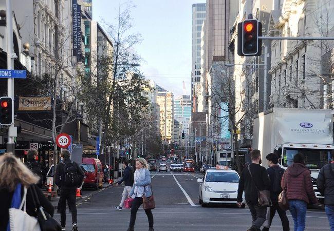 早朝のクイーン通り。通勤客も目立つ