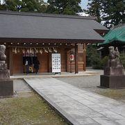階段の上にある静寂に包まれた神社