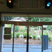 駅のホームへの出入口