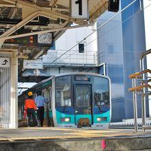 小浜線のホームと電車