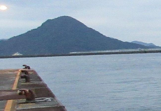 広島宇品港からすぐ。富士山のような円錐形の山が目印です。