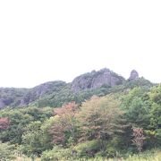昭和の風景の先の厳かな山
